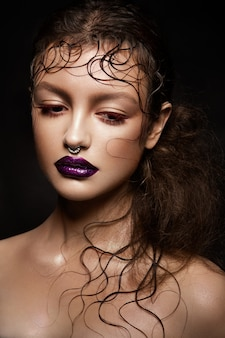 Retrato de modelo morena de moda.