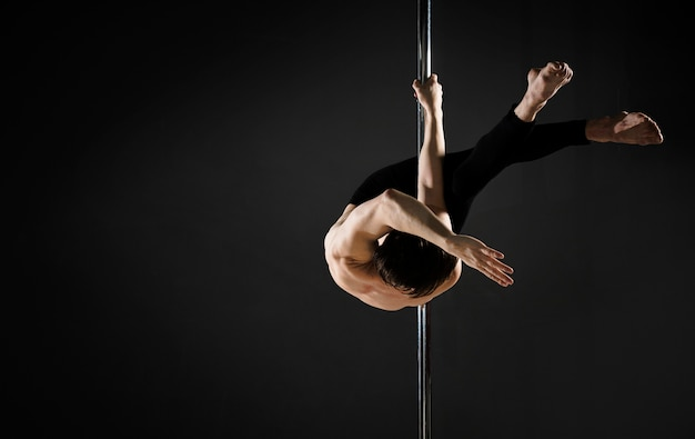 Retrato de modelo profesional masculino pole dance