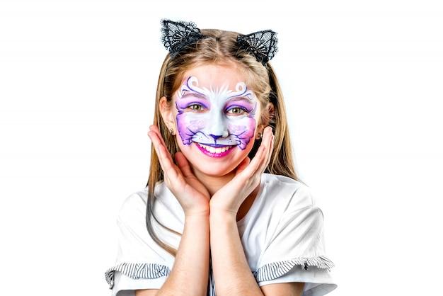 Retrato de muchacha adolescente con pintura de cara de gato