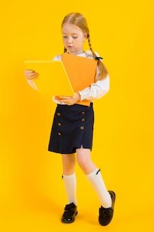 Retrato de una muchacha hermosa en una blusa blanca y una falda negra.