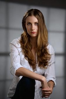 Retrato de muchacha hermosa con pelo largo y rizado