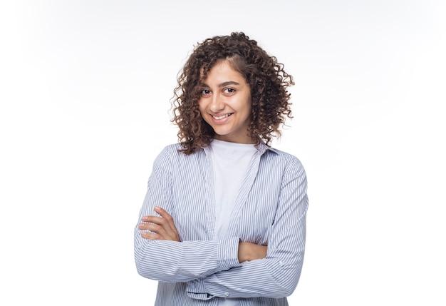 Retrato de una muchacha sonriente india en blanco aislada.