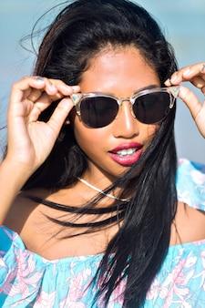 Retrato de muchacha tailandesa asiática con gafas de sol divirtiéndose en la playa tropical