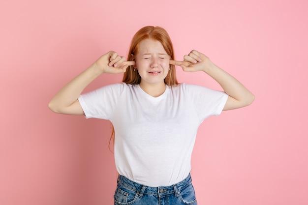 Retrato de muchachas adolescentes caucásicas aislado sobre fondo de estudio de color rosa coral