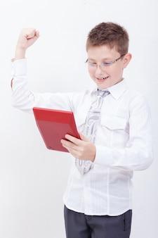 Retrato de muchacho adolescente con calculadora en pared blanca