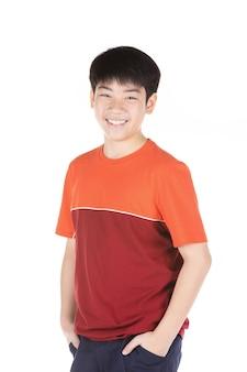 Retrato del muchacho adolescente sonriente asiático. plano medio de chico guapo.