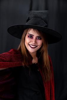 Retrato de mujer adolescente adulta joven asiática usa paño de disfraces de halloween para la fiesta de halloween. celebración de halloween y concepto de vacaciones internacionales.