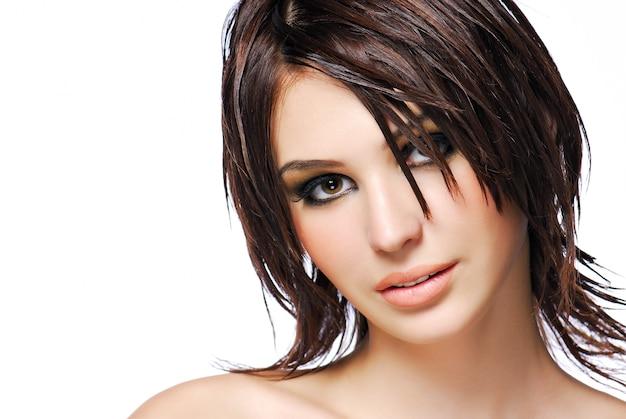 Retrato de mujer adolescente atractiva con peinado de creatividad moderna