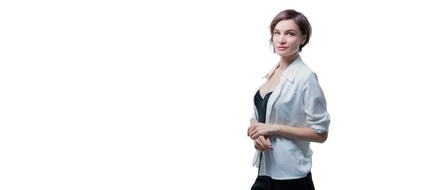 Retrato de mujer adulta con estilo posando en blanco