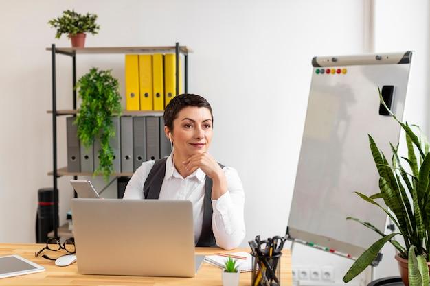 Retrato de mujer adulta en la oficina