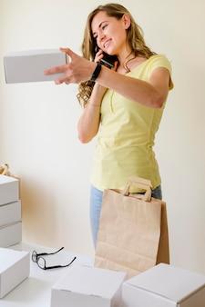 Retrato de mujer adulta organizando pedidos en línea