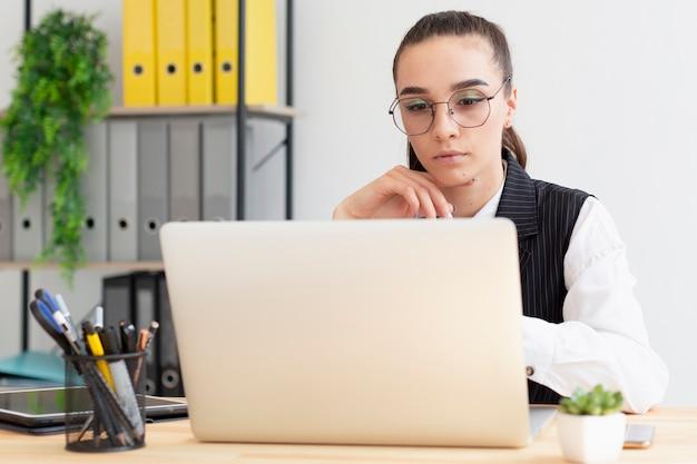 Retrato de mujer adulta trabajando en la computadora portátil