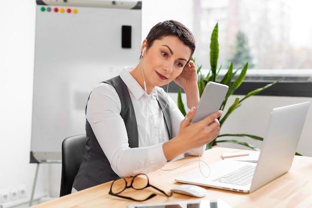 Retrato de mujer adulta trabajando desde la oficina