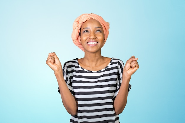 Retrato de una mujer africana alegre