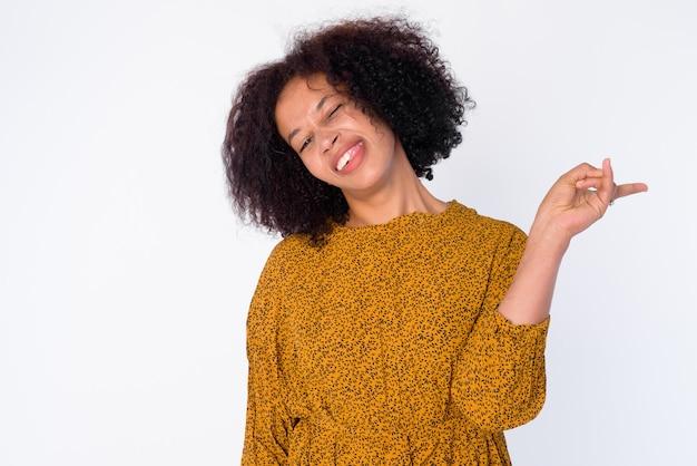 Retrato de mujer africana hermosa joven feliz posando