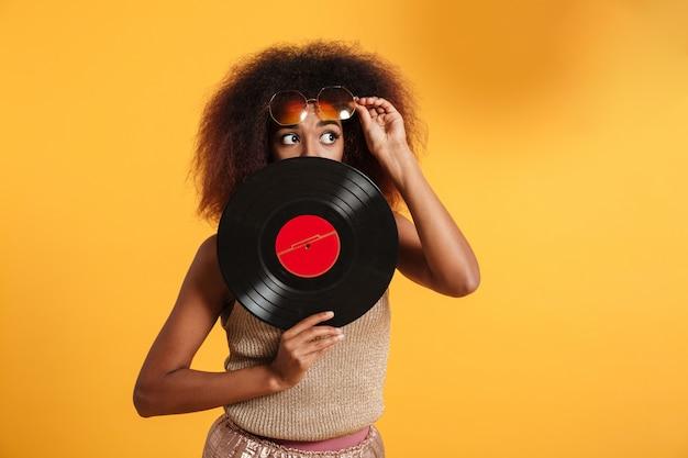 Retrato de una mujer afroamericana bastante divertida