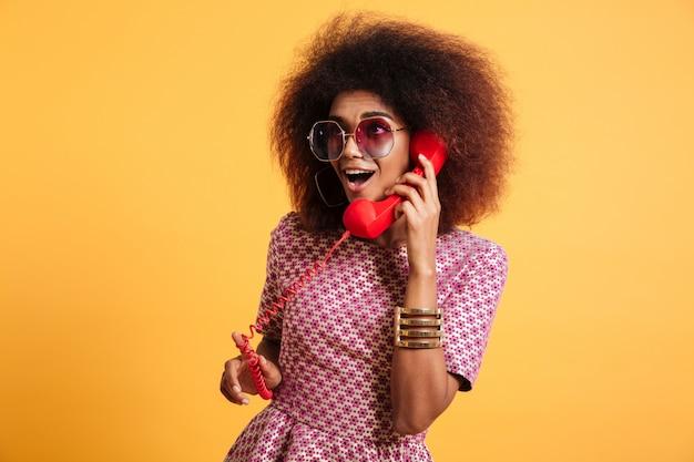 Retrato de una mujer afroamericana bastante emocionada