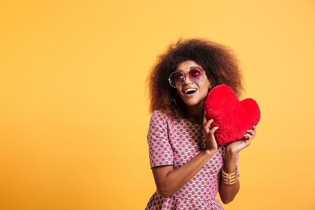 Retrato de una mujer afroamericana bonita divertida