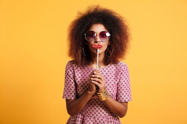 Retrato de una mujer afroamericana divertida en estilo retro