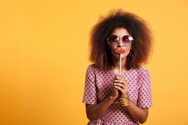 Retrato de una mujer afroamericana divertida
