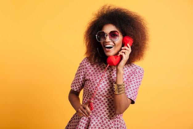 Retrato de una mujer afroamericana feliz sonriente