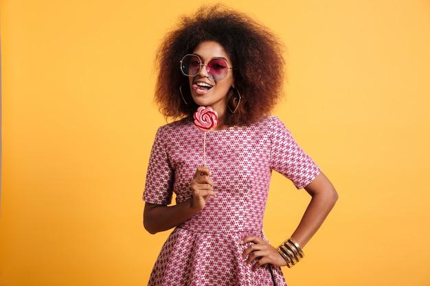 Retrato de una mujer afroamericana juguetona
