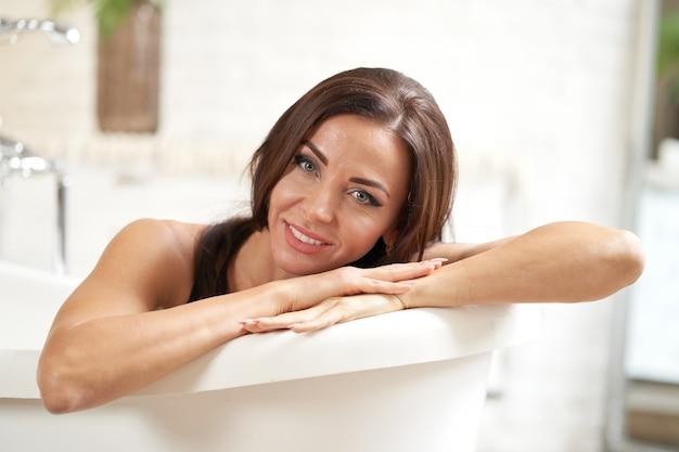 Retrato de mujer agradable disfrutando en el baño