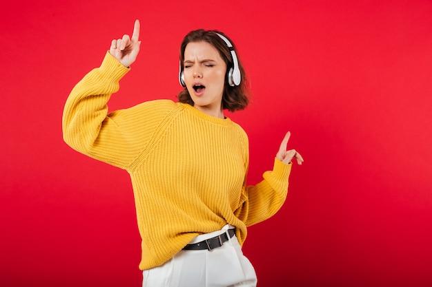 Retrato de una mujer alegre en auriculares