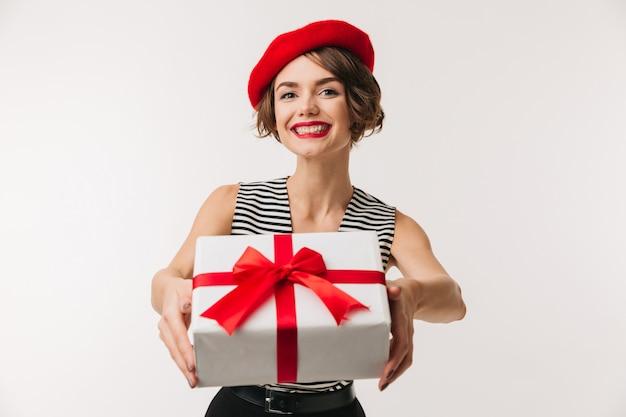 Retrato de una mujer alegre con boina roja
