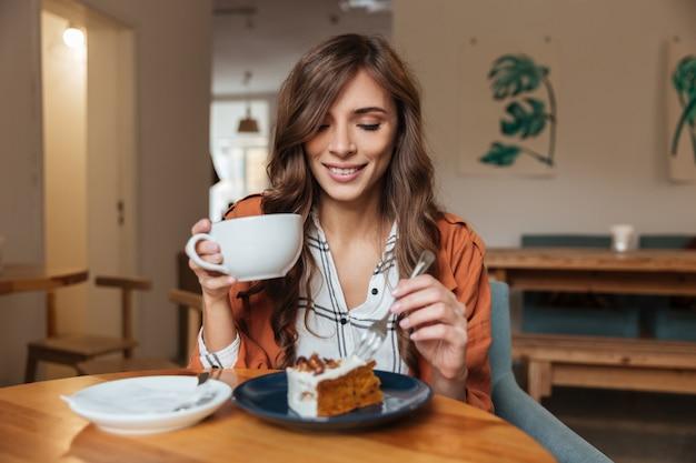 Retrato de una mujer alegre comiendo
