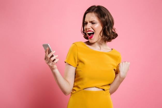 Retrato de una mujer alegre feliz celebrando el éxito