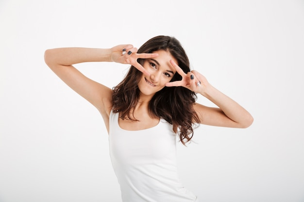 Retrato de una mujer alegre vestida con una camiseta sin mangas