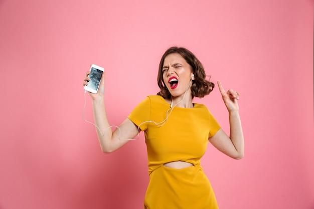 Retrato de una mujer alegre en vestido y maquillaje