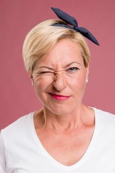 Retrato de mujer amable de edad media
