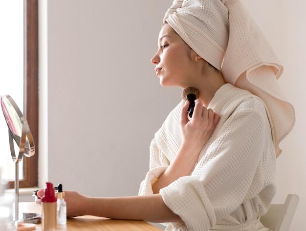 Retrato mujer aplicando rubor