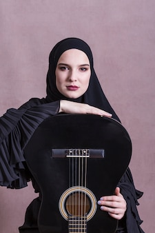 Retrato de mujer árabe con guitara