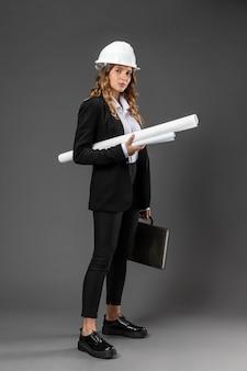 Retrato mujer arquitecto con planos