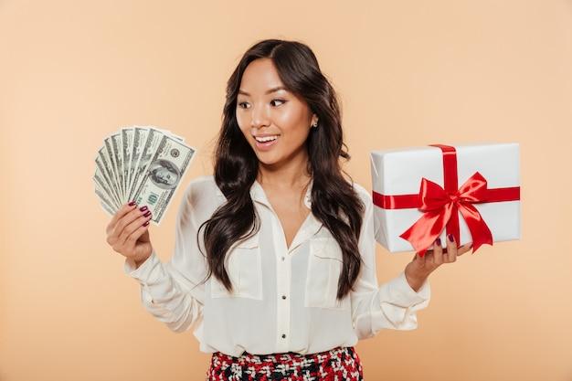 Retrato de una mujer asiática alegre