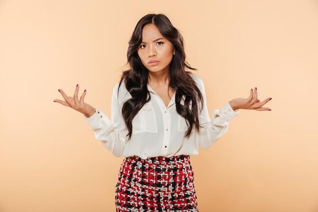Retrato de una mujer asiática confundida