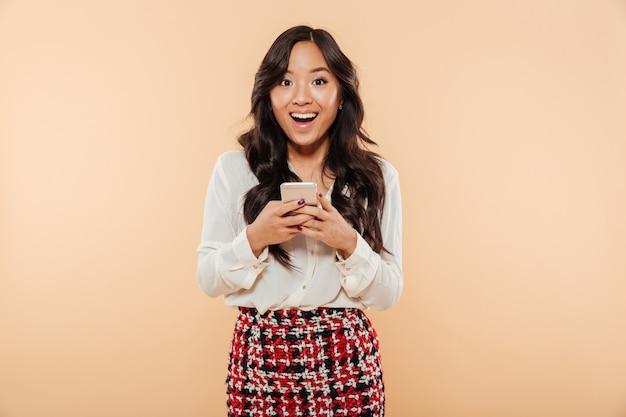 Retrato de una mujer asiática emocionada