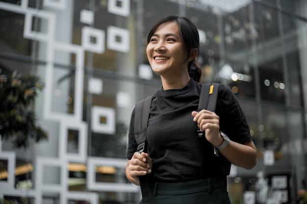 Retrato de mujer asiática feliz en la ciudad