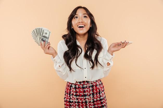 Retrato de una mujer asiática feliz