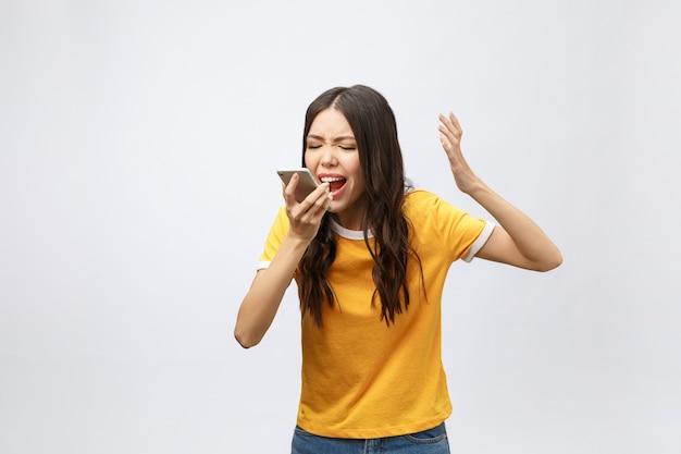 Retrato de una mujer asiática furiosa hablando por móvil