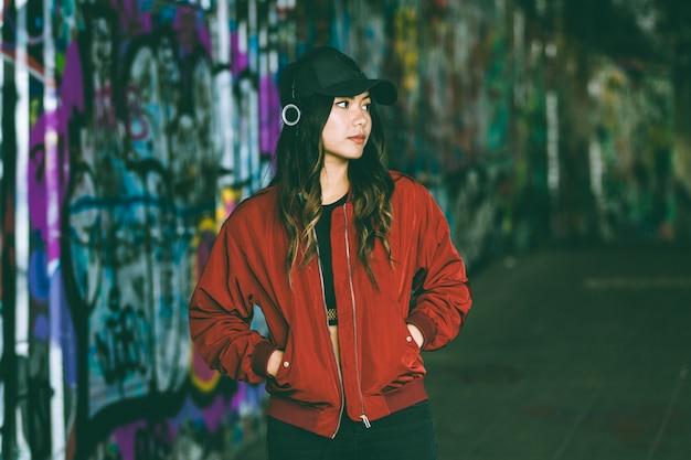 Retrato de mujer asiática con graffiti borrosa