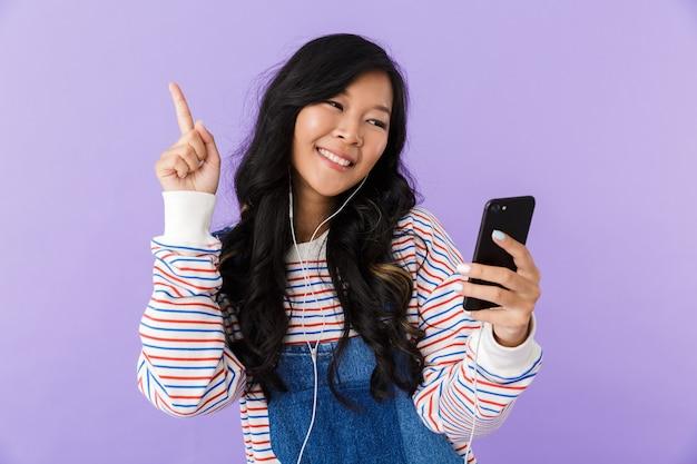 Retrato de una mujer asiática joven feliz