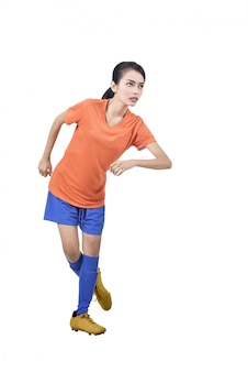 Retrato de la mujer asiática del jugador de fútbol que muestra su habilidad
