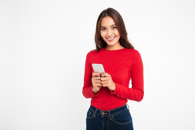 Retrato de una mujer asiática muy sonriente