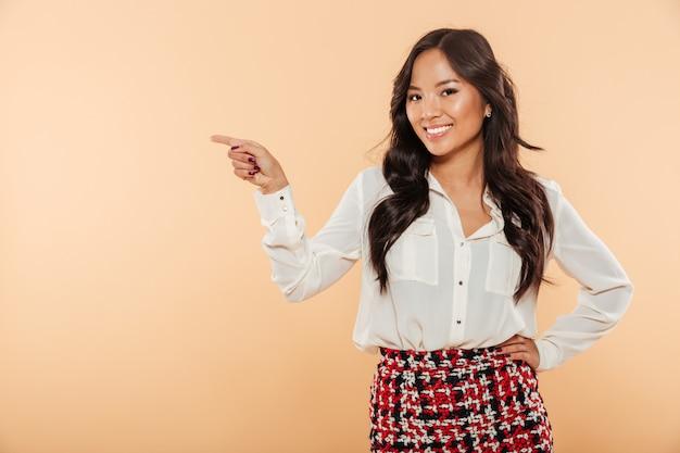 Retrato de una mujer asiática sonriente de pie