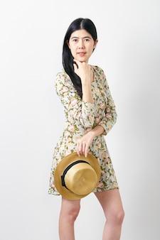 Retrato mujer asiática verano con sombrero