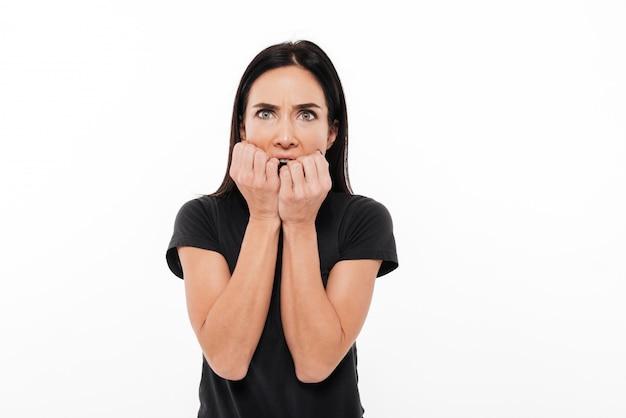 Retrato de una mujer asustada cogidos de la mano en la cara